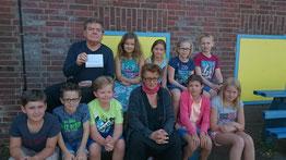 """Die stolzen Teilnehmer am """"mini-art""""-Theaterprojekt aus den Klassen 4a und 4b, die unter der Leitung von Sjef van der Linden (hintere Reihe) und Crischa Ohler (vordere Reihe) mit niederländischen Kindern eine Woche lang performt haben."""