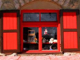 rot gestrichenes Fenster am Pordoi-Pass