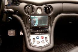 Clarion 1-DIN Navigation NZ502 im Maserati Radioschacht