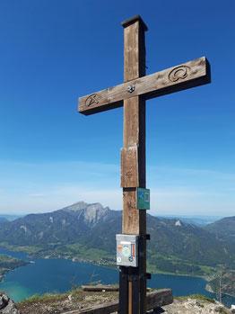 Sparber Gipfelkreuz, im Hintergrund der Wolfgangsee und der Schafberg