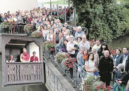 """Auf großes Interesse stieß das Wandertheater """"Ankommen in Horb"""" am Freitagabend. Am Ihlinger Tor drängten sich die Zuschauer auf der Kanalbrücke und lauschten den Schauspielern an der Station im Stubenschen Schlösschen. Bilder: Kuball"""