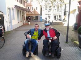 Oliver Fleiner und Michael Speicher bei der Einweisung des Sitzsegway