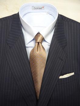 ブライトネイビースーツの着こなし、コーディネート例