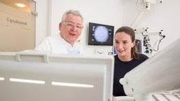 Zahnarzt Dr. Frank Müller im Patientengespräch