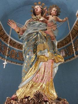 Marienfiguren und Märtyrerin im Kirchenraum