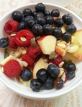 Müsli-Frühstück: Apfel, Heidelbeeren, Himbeeren und gequetschter Hafer, mit Milch oder Joghurt
