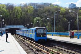 Die Metro der Linie 1 überquert  ...