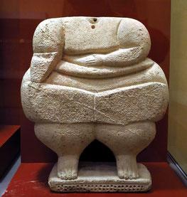 Muttergottheiten im Archäologischen Nationalmuseum, eine Gruppe neolithischer Figurinen, die - soweit sie über den Fundzusammenhang datierbar sind - zwischen 3.600–3.000 v. Chr. auf Malta hergestellt worden sind.