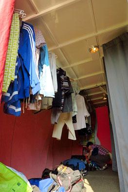 Vorraum der Schlafkabinen mit Kleiderstange