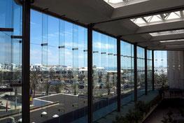 Fensterfront der Eingangshalle