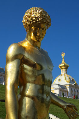 Zahlreiche vergoldete Statuen ...