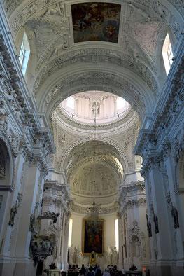 Kirchenraum mit etwa 2000 Stuckfiguren