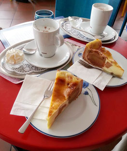 Humorvolle Werbung für das Insel-Café; Sommer-Apfelkuchen mit Kakao