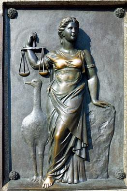 Basrelief: Verkörperung der Rechtspflege