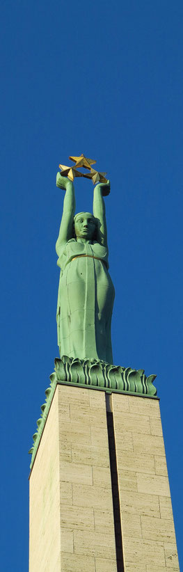 Riga, Freiheitsdenkmal auf 42 m hohem Sockel