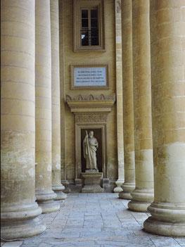 Portikus mit Statuen der Aposteln