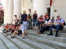 Unter den Säulen des Rathauses