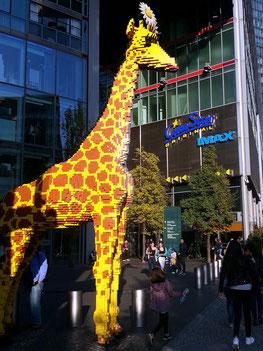 Potsdamer Straße, Giraffe aus Legosteinen