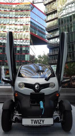 Ausstellung eines Elektroautos im Sony Center