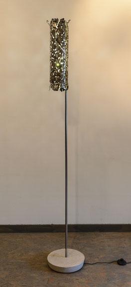 lampadaire tuyau inox travaillé à l'électrode, vieilli, pied inox, socle béton, lumière led ambiance modèle unique