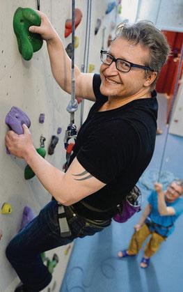TZ-Redaktor Olaf Kühne wagt den Selbstversuch, thurclimb-Präsident Andreas Schweizer sichert. (Bild: Nana do Carmo)