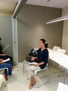 (写真は東京・代々木のヨガスクールで「ミャンマーと瞑想」のセミナー講師を務める当社アドバイザーの深山沙衣子。2016年7月)