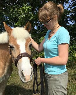 aHUT, Hanna Neubauer, entspannt Spazierengehen mit Pferd, Pferdelehrerin, Pferdetrainerin