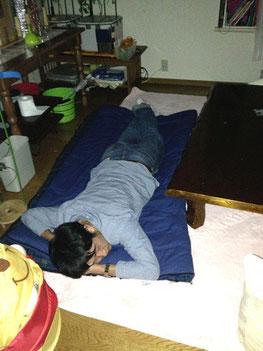 若者の布団は持参した寝袋。あくまで「招く/招かれる」の関係