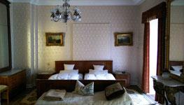 Im Elvis-Hotel Grunewald, Bad Nauheim, schimmern im Elvis-Zimmer 10 die Seidentapeten im Sonnenlicht