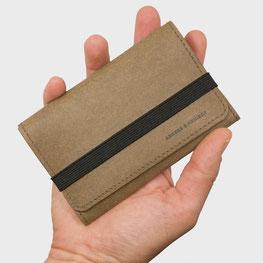 Mini Geldbörse Mini Geldbeutel vegan in der Hand leicht kompakt