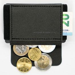Mini Geldbeutel mit offener Lasche und Münzen und Scheine