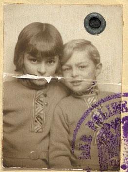 Die Geschwister Nelly und Bernhard im Jahr 1933       3