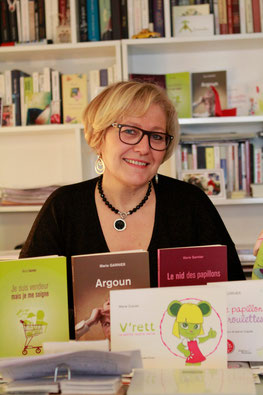 L'auteure Marie Garnier qui écrit sur les différences, à son stand de dédicaces