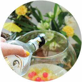 Bild: Rezept für eine tropische Bowle mit Rum und Früchten wie Ananas – so einfach geht eine leckere Rum Bowle mit Mangaroca Batida com Rum für die Sommer Party, Rezept von www.partystories.de