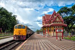 Thailändischer Zug im Bahnhof von Hua Hin.