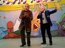 Bacchus Achim Benke (l.) mit Alexander Pusch (KlAKaG) auf der Bühne