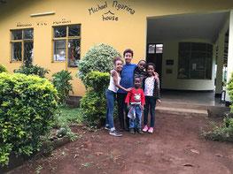 De kleinkinderen van Michael Ngarina bij de KVTC