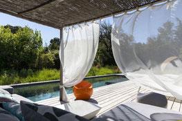 Garten und Pool des Bien Loin d'Ici B&B bei Nîmes