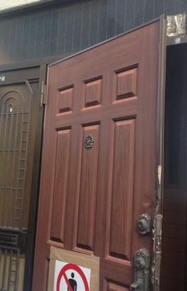 玄関ドアカバー工法施工前
