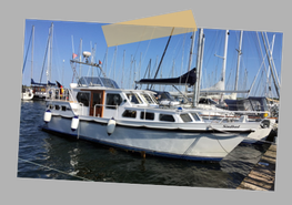 Hier sehen Sie die Motoryacht im Hafen, fest vertäut und bereit zum Auslaufen.