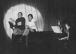 Kabarett aus Wuppertal: Eva Hocke und Silvia Munzon Lopez (von links) singen ein Couplet und werden von Michael Brischke (rechts) begleitet. Bild: Rippman