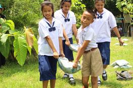 植えた苗木が枯れないように、たい肥をあげるのも忘れません!
