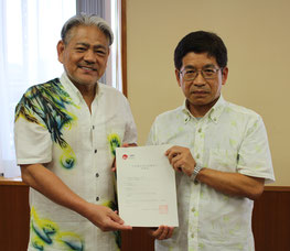 登録証を授与された平良会長(左)と仲程次長=17日、沖縄総合事務局