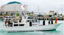 尖閣海域を目指して出港した「第一桜丸」。このあと沿岸から20カイリの海域で引き返した=8日午前、登野城漁港