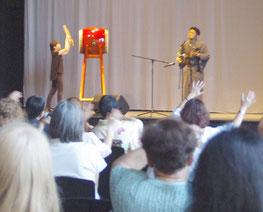 「日本デー」で演奏するドイツ沖縄県人会の会長崎原永人さん=ドイツ沖縄県人会提供