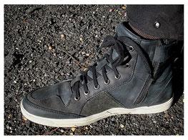 Reissverschluß und Innenlasche sorgen für einen geschlossenen Schuh