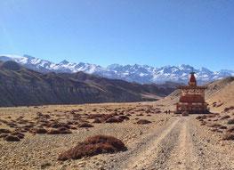 Upper Mustang Yoga Trek in Nepal, Blick auf die Himalaya Bergkette mit Chorte entlang der Route; Yoga Urlaub in Nepal, Yoga Trekking in Nepal