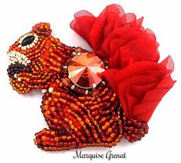 photo-broche-ecureuil-roux-brodee-cabochon-cristal-swarovski-queue-en-tulle-perles-en-verre