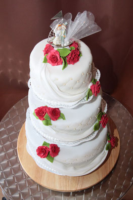Hochzeitstorte Vintage romantisch mit Rosen und Perlen