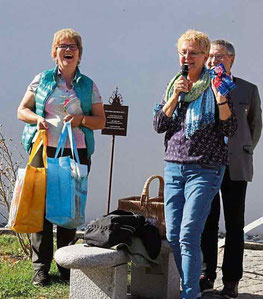 Jolande Rappert (rechts) bedankt sich bei Lissa Laubmeier mit einem Geschenk.